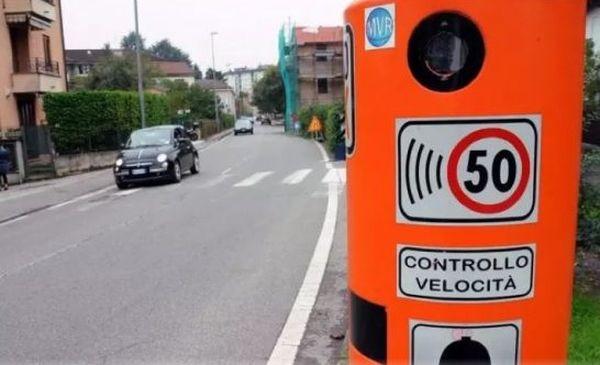 Как водители издеваются над передвижными камерами на дороге