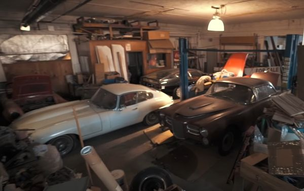 Редчайшие спорткары 60-х обнаружили в старом автосалоне