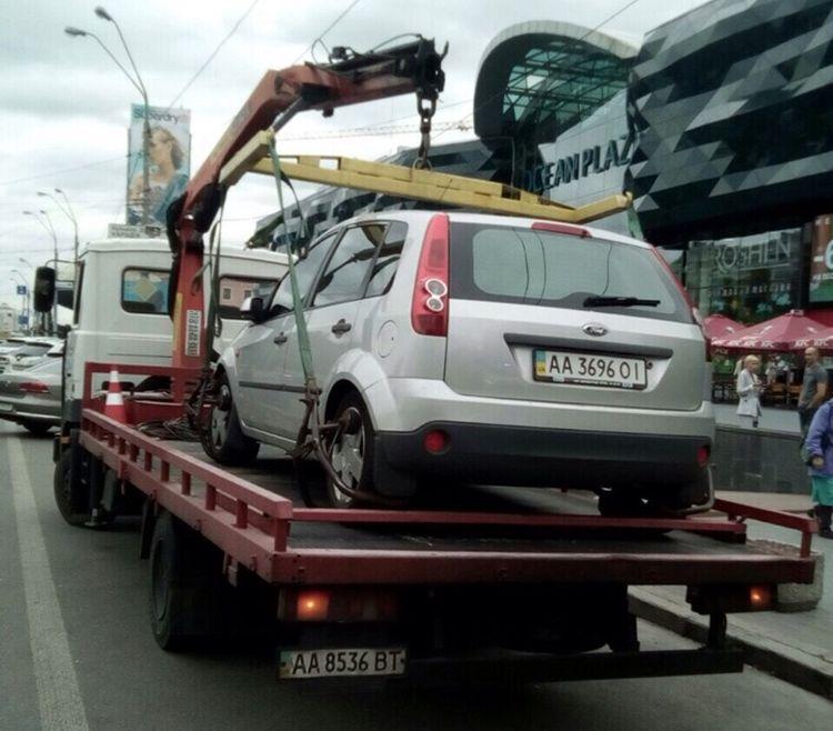 В Києві евакуатори забирають автомобілі на всі вихідні
