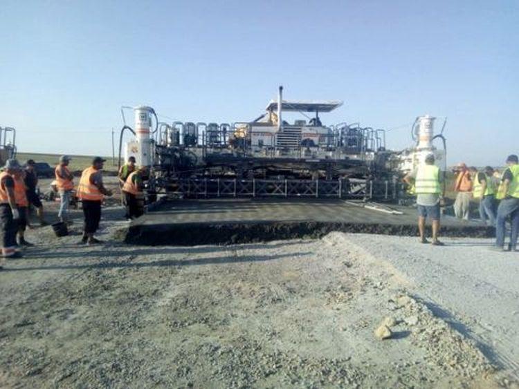 Укравтодор показал процесс укладки цементно-бетонного покрытия на экспериментальной дороге