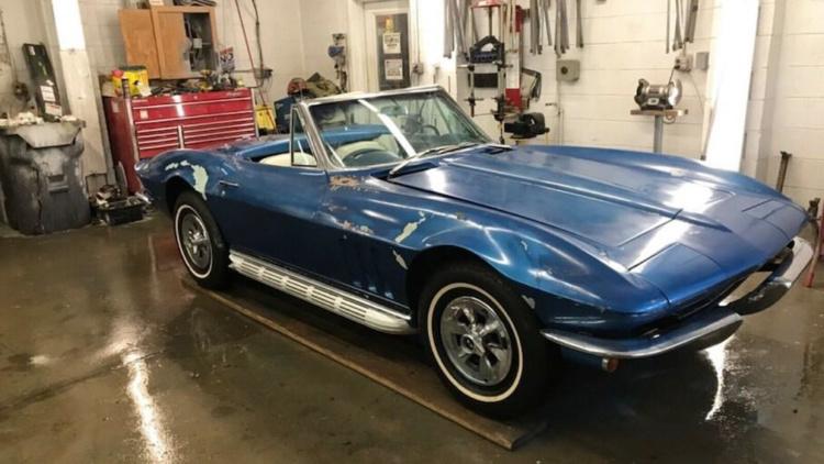 На аукціоні продадуть унікальний Chevrolet Corvette, який майже 50 років простояв у гаражі
